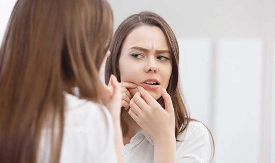 بهترین روش برای از بین بردن جای جوش و درخشندگی پوست صورت چیست؟