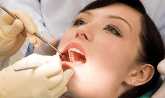 اگر پوسیدگی دندان در ابتدا درمان نشود چه پیامدها و مشکلاتی را به وجود میآورد؟